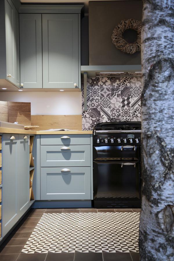 Diese Ausstellungsküche Zeigt, Wie Eine U201eCountryu201c Küche (u201eViennau201c Von  Schüller) Mit Antiken Zementfliesen (von Via) Wirkt. Foto: Biermann