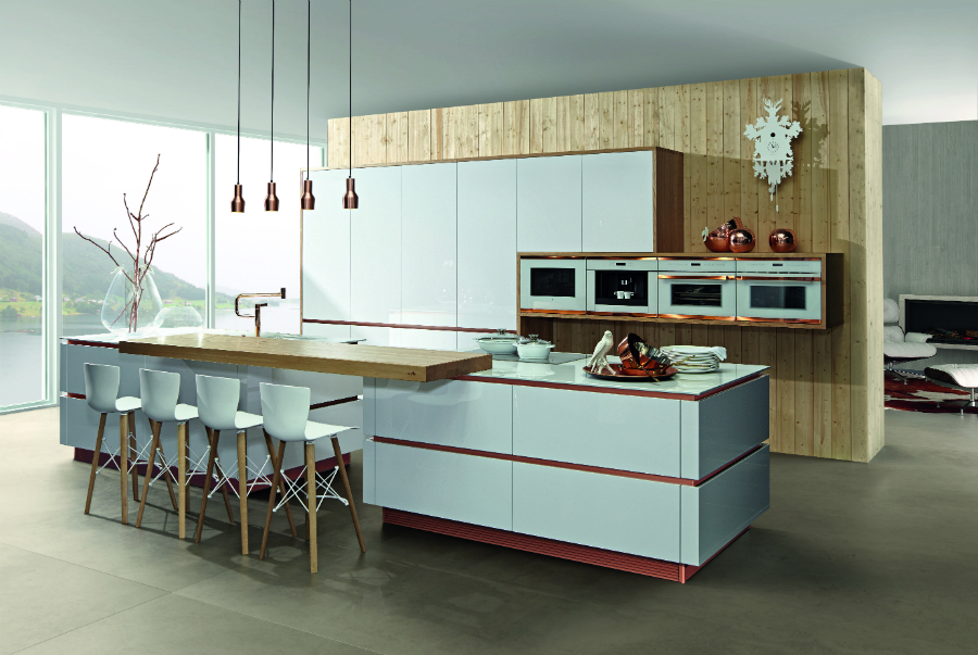 Hochwertig Kupfer Ist Angesagt Und Schafft Auch In Der Küche Bemerkenswerte Kontraste.  Mit Weißen Fronten.