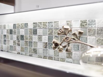 Elegant Weiße Küchen Sind Begehrt, Können Aber Auch Langweilig Wirken. Farbige  Mosaikfliesen Schaffen Einen Lebendigen Kontrast. Foto: Fliesenverband/Jasba